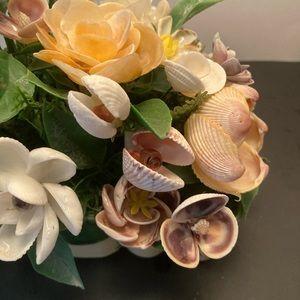 Vintage Accents - Vintage seashells floral display